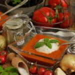 Asiatischer Salat mit Rotkohl, Mango und Erdnussdressing (vegan)