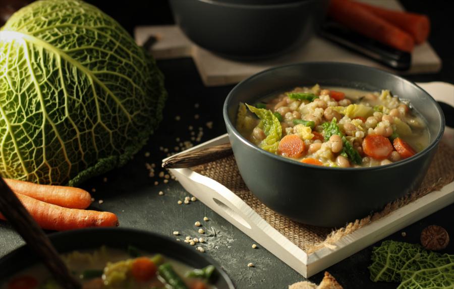 Veganer Weiße-Bohnen-Eintopf mit Wirsing und Graupen