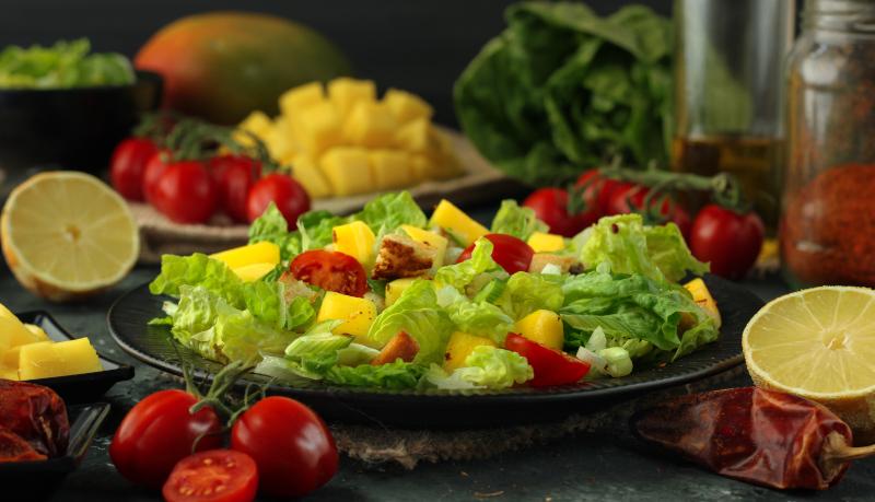 Fruchtiger Salat mit Mango und Tomaten