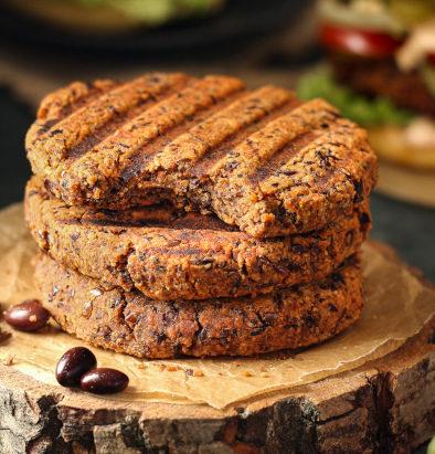 Vegane Burger Patties aus schwarzen Bohnen